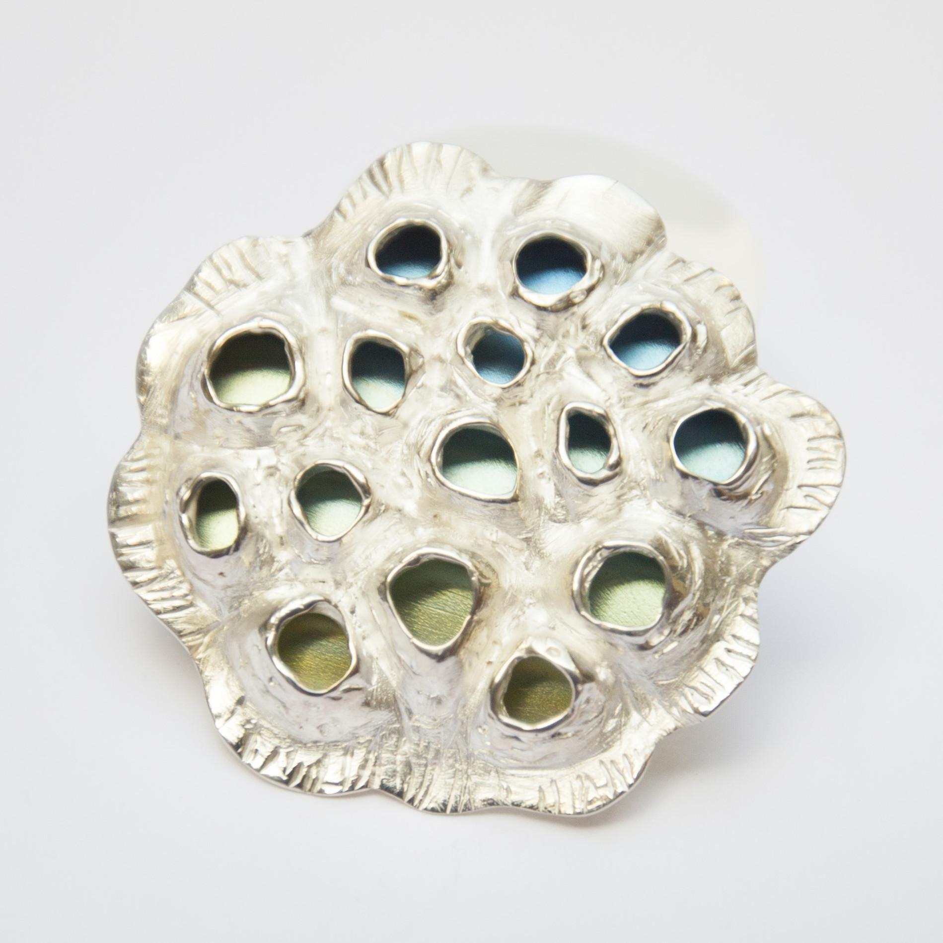Broche Lotus zaadpot uit de collectie Lotus. Zilver en titanium.