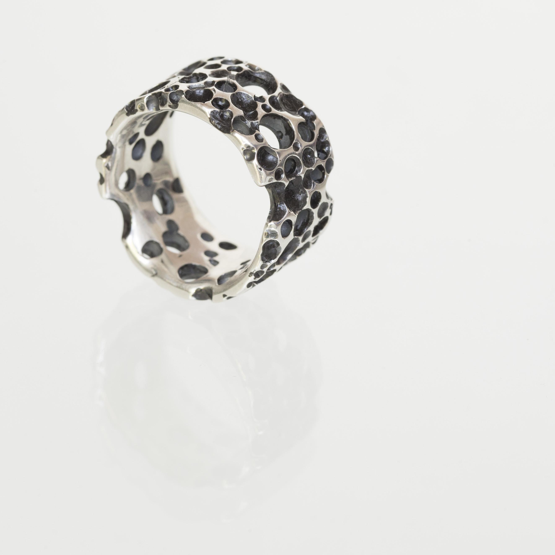 Ring contrast uit de collectie Herfst.Geoxideerd zilver. Unica.