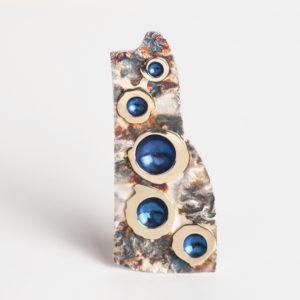 Ladies of de blue forest Werken en feesten vormt schoone geesten, de lijfspreuk van Johanna Westerdijk. En het zijn echt schoone geesten, deze prachtige en elegante paddenstoelen die voorkomen in de Western Ghats in India. Met hun fantastische kleuren en vormen. Een prachtige bron van inspiratie voor deze unieke collectie. Met dank aan Bhavesh Chatbar voor de mooie foto.